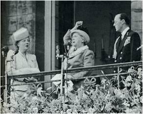 Prinses Wilhelmina stelt koningin Juliana voor. (bron: Oranjevereniging Irene)